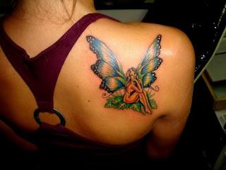 fada sentada com asas de borboleta