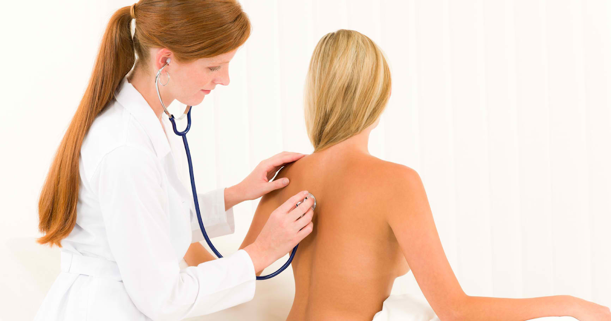 El tratamiento después del magullado de la espalda