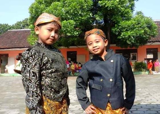 Foto Anak Lucu Memakai Baju Adat Dan Kebaya Memperingati