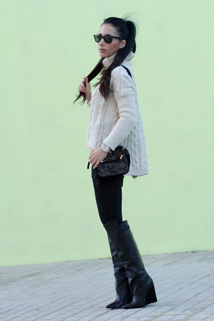 Look comodo urbano y femenino con jersey de punto grueso falda negra con encaje y Maxi Botas de Zara Bloguera de Moda y Belleza WOWS