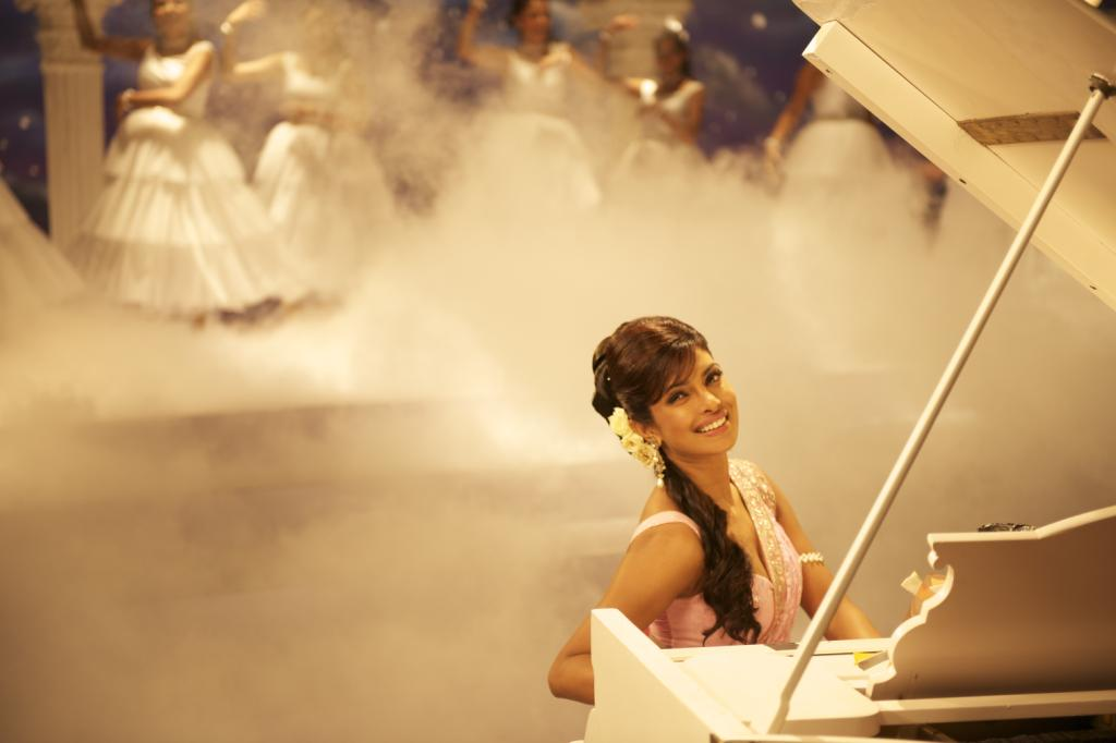 Priyanka chopra plays the piano in a dream sequence - Priyanka chopra & shahid kapoor Teri Meri Kahaani Movie stills and wallpapers(hq)