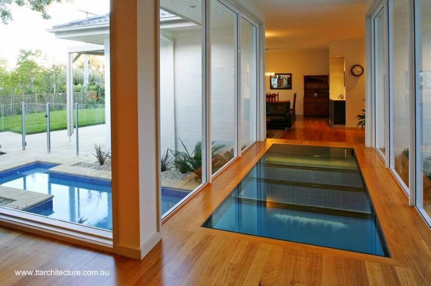 Arquitectura de casas moderna casa con piscina bajo un for Casas con piscina interior fotos