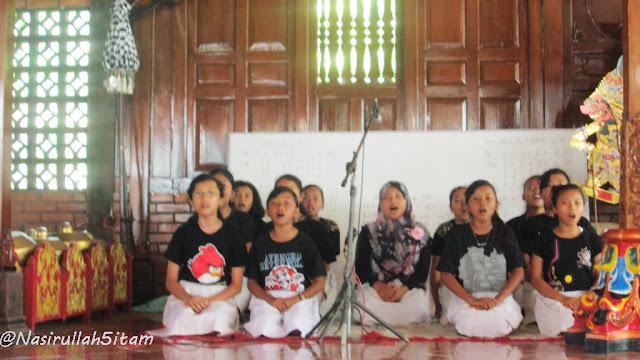 Karawitan oleh anak-anak kecil di Kaligono