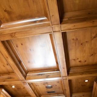 Cassettone decorazione di un soffitto fatta da riquadri diversamente decorati sporgenti dal piano soffitto