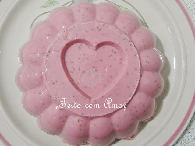 Flan de Morango, sobremesa geladinha, deliciosa, receita fácil e rápida da Lourdes Maria.