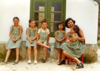 Madre con sus hijos en La Casita para niños en el jardín