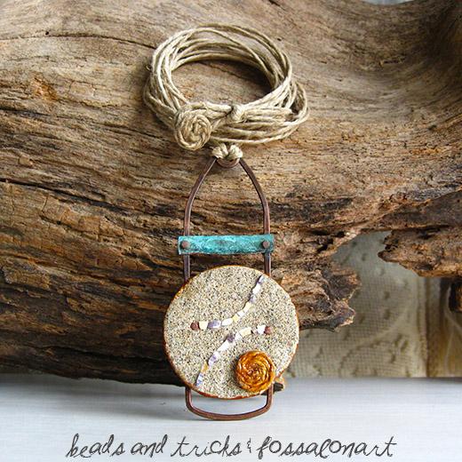 Pendente in rame e corda, con sabbia e frammenti di conchiglia