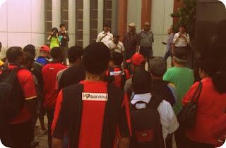 Persipuramania Menyanyi 'Aku Papua' di Kantor Kemenpora