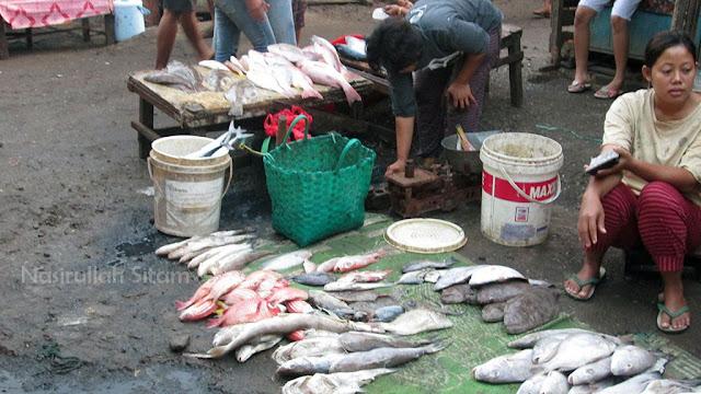 Ikan-ikan segar diperjualbelikan