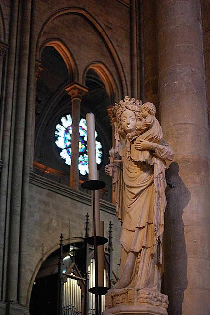 Nossa Senhora de Paris, imagem principal no centro da catedral