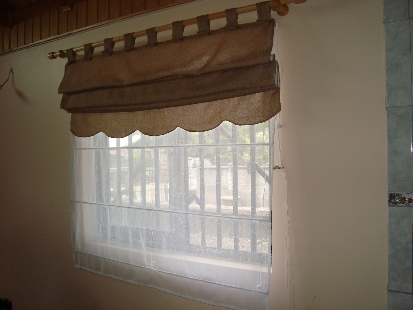 Decoracion store living comedor con barras de madera for Decoracion de cortinas para comedor