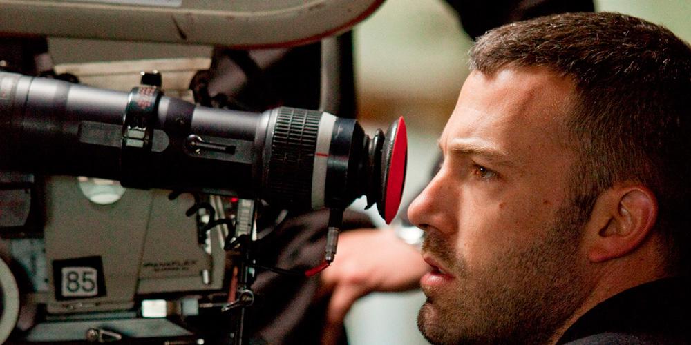 ben afleck como diretor de cinema operando uma câmera cinematográfica no set do filme medo da verdade