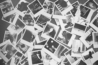 Eu olho nossas fotos uma delas pelo chão.  Lembro aquele dia eu segurei a sua mão e disse que o amor não vai passar.  O que Deus uniu ninguém pode separar.  (Nosso vídeo - Grupo Disfarce)