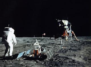 Foto De Astronauta Al Lado Del Modulo Lunar Ajustando Equipo