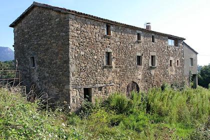 Façana de migdia de la masia de Casagua. Aquesta masia pertany al veïnat del Casó del municipi de Montclar