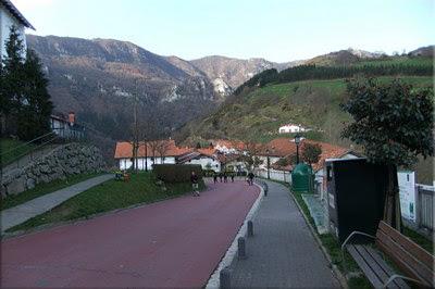 Seguimos carretera abajo, de frente el macizo de Hernio