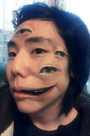 Tatuaje realista de ojos en la cara