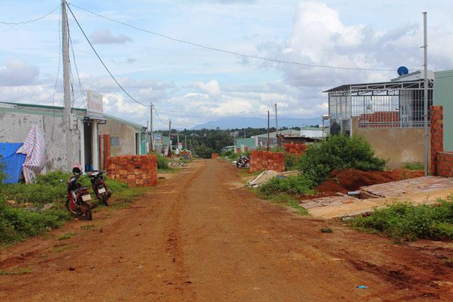 Gia Lai: 6 cán bộ lập hồ sơ nhận đất của người thu nhập thấp