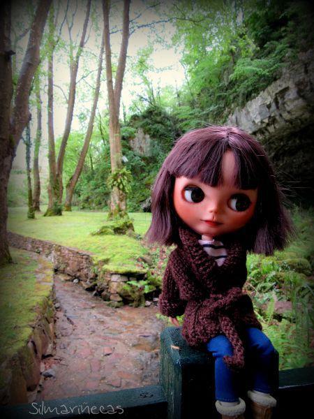 Caty basaak doll, en la entrada de las cuevas de Sara