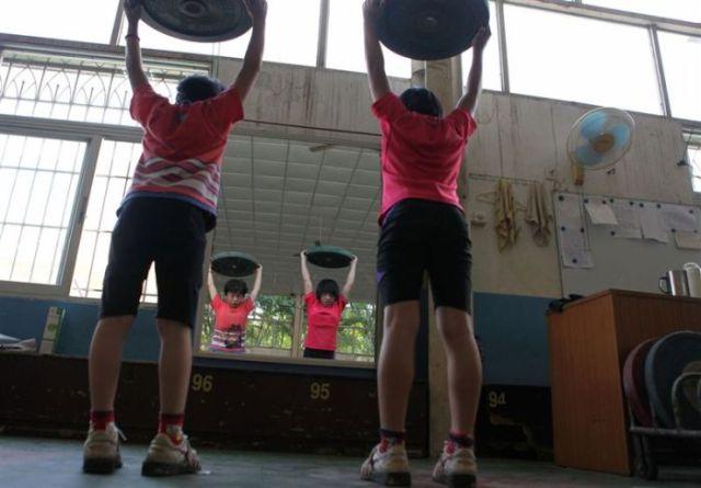 الصين وكيفية صناعة الأبطال الألومبيين China-gymnasium-Olympic-children-35