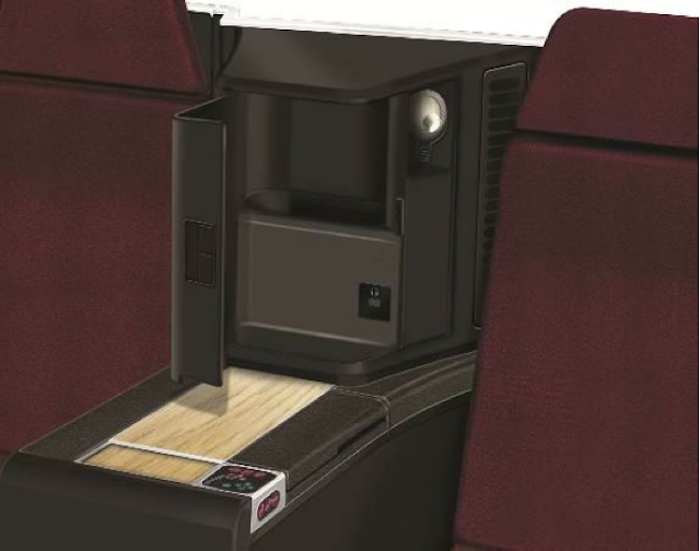 Each JAL SKY SUITE II has a flexible side table and exclusive storage space.