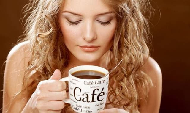 cewek minum kopi
