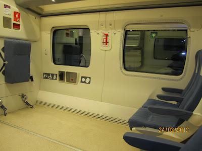 Vista interior del vagón con el espacio  reservado para usuarios de silla de ruedas