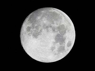 ¿Tiene atmósfera la Luna?