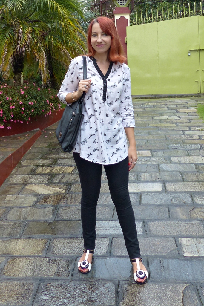 Outfit in black-and-white: skinnies and insects theme printed tunic