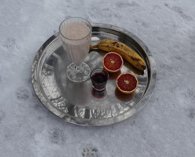Milchshake mit Banane, Blutorange und Granatapfelsaft