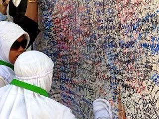 Coretan nama di Jabal Rahmah (foto uniqpost.com)