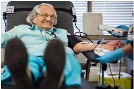 عمرها 95 سنة تتبرع بدمها بانتظام