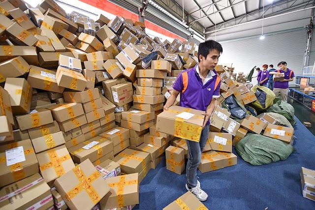 Работа сортировочного центра в Гуанчжоу во Всемирный день шопинга