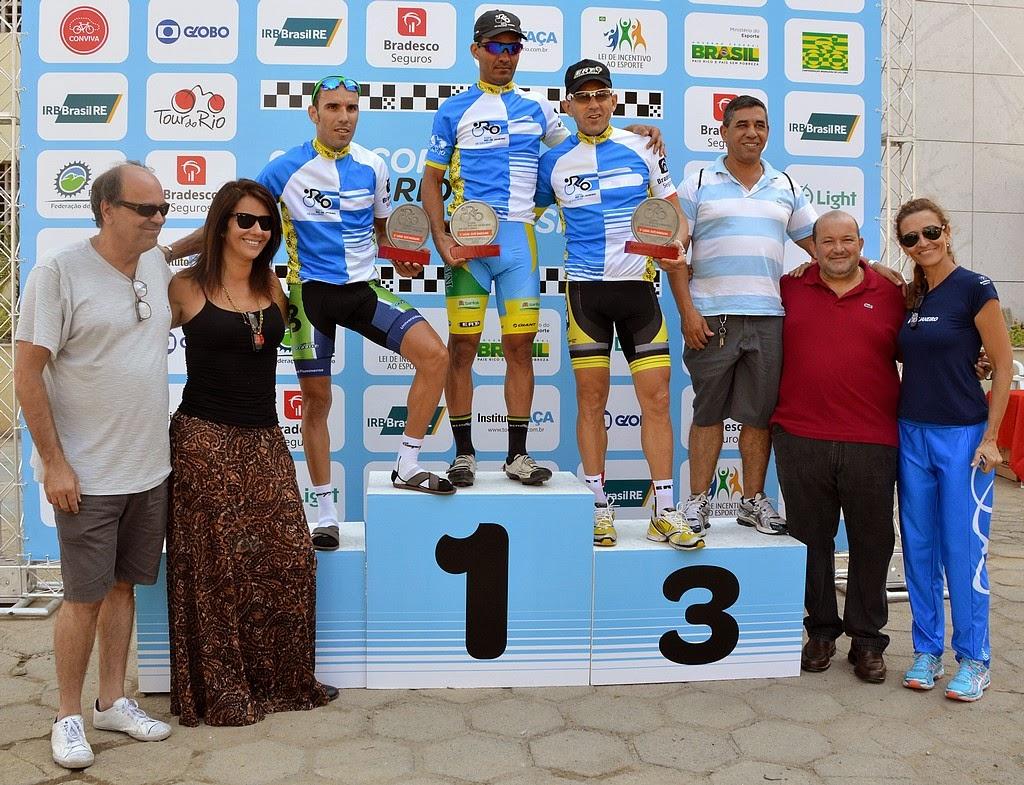 (da esquerda para direita) Secretário de Turismo, Ronaldo Fialho, promotora da Copa Rio de Ciclismo, Luiza Jucá, os três primeiros colocados da categoria Elite masculino, Secretario de Esportes e lazer, Luiz Carlos Oliveira, e a coordenadora de esporte do Instituto Faça, Rita Almeida
