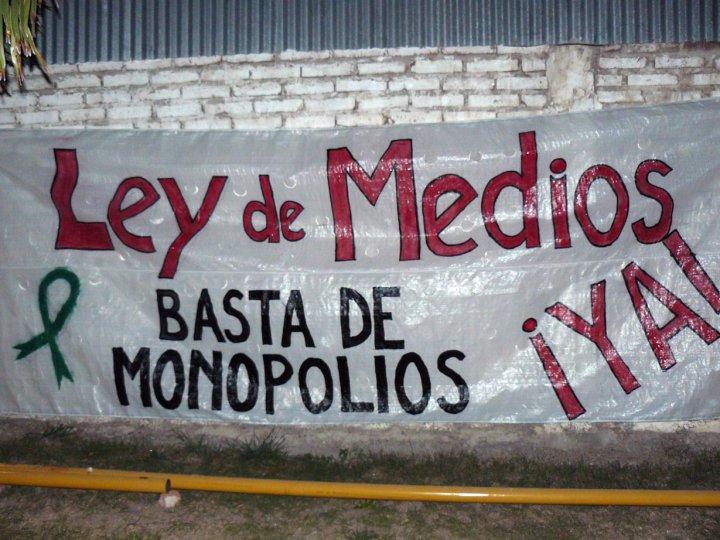 Clarín: Nessun Monopolio Resiste tres gobiernos Populares
