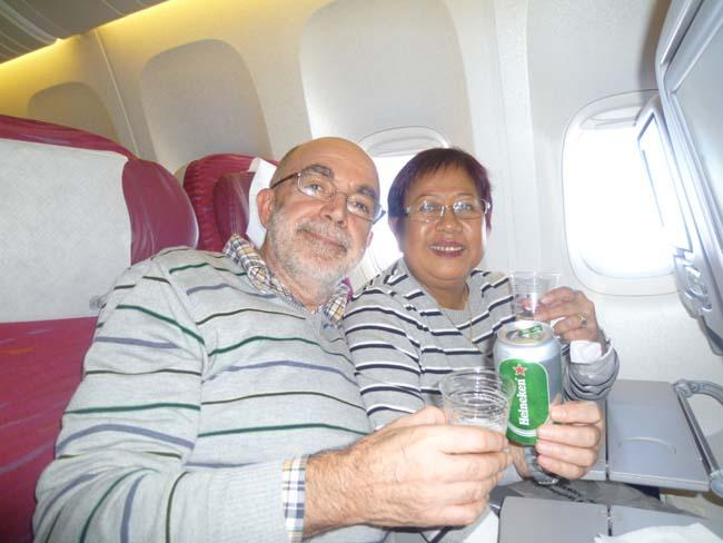 Tomando una cerveza en el avión