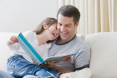 pai e filha lendo livro