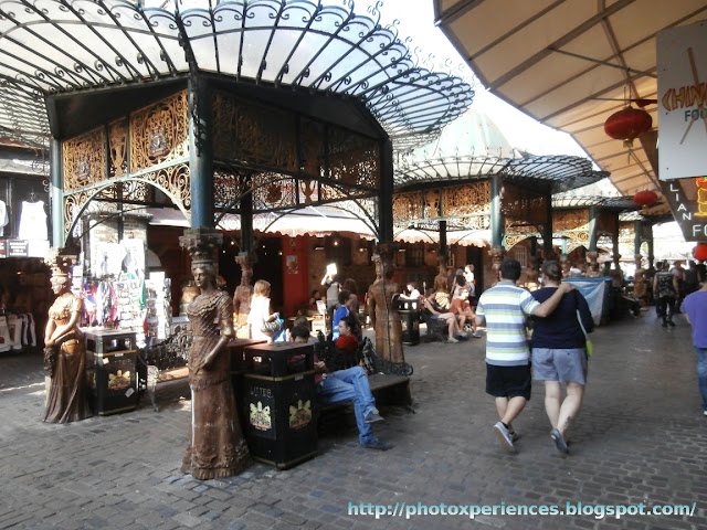 Rest area and food stalls in Stables Market, Camden, London. Zona de descanso y de puestos de comida en el Mercado de los Establos, Camden, Londres.