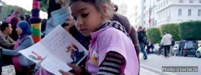 Une écolière qui lit dans l'avenue