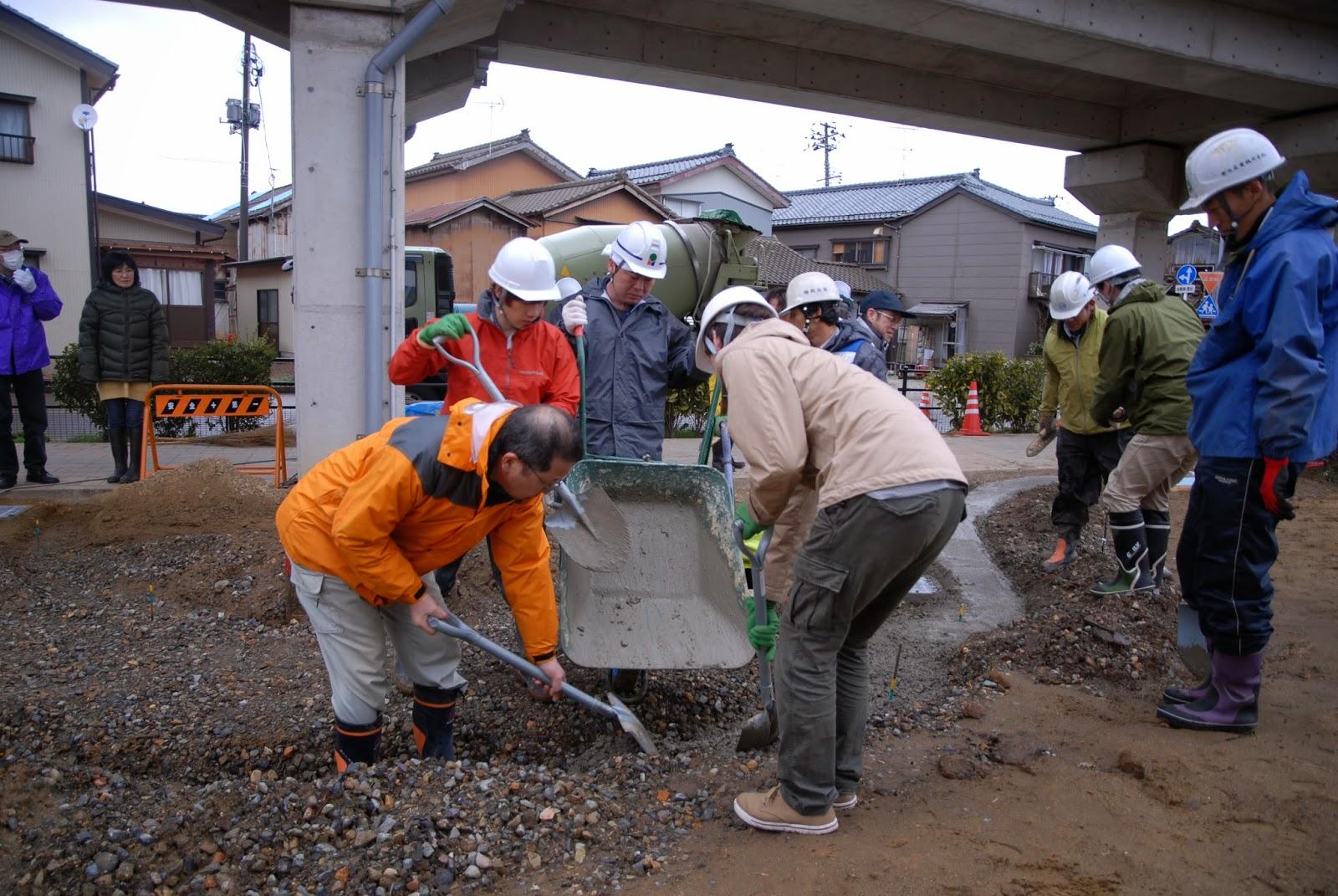コンクリートを溝に流し込みます
