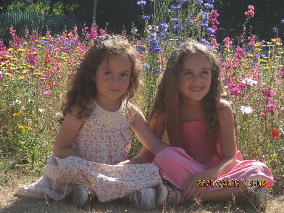Las dos flores mas hermosas de mi jardin, Amia y Lara.