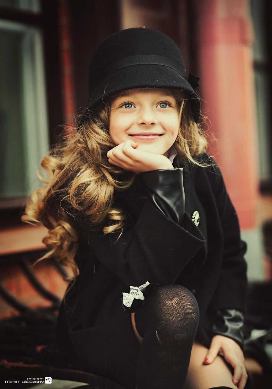 фотография красивой маленькой девочки в городе