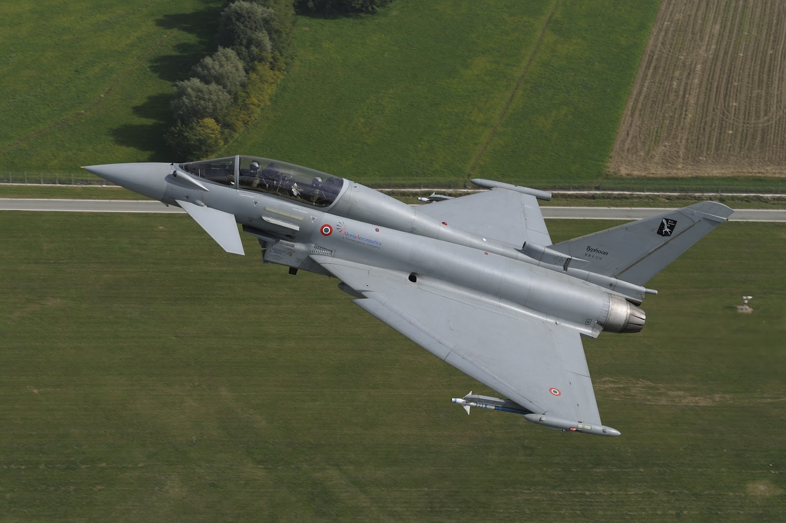 http://4.bp.blogspot.com/-7BnxOqjCots/T-x7D2a56EI/AAAAAAAAKOA/_LyYvfKzrac/s1600/eurofighter_typhoon_cross_country.jpg