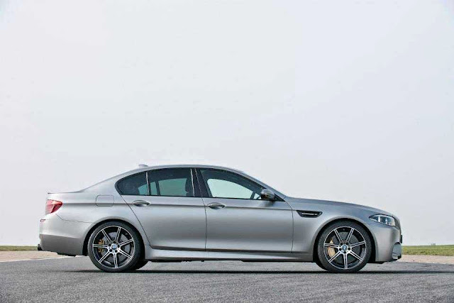 Foto BMW 30 Jahre M5 bagian samping