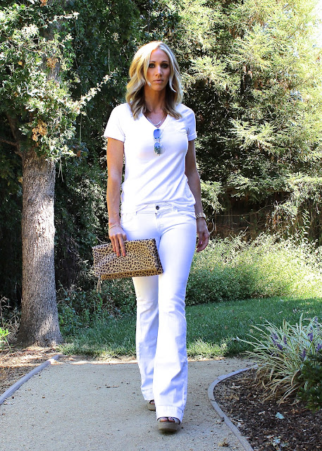 white tee white flared jeans leopard clutch
