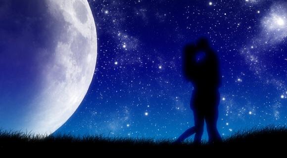 Silueta de pareja besándose sobre cielo estrellado