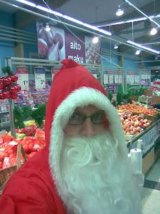 Joulupukki kävi aaton alla katsomassa Lempäälän kilttejä lapsia ja tonttuja Kuljussa