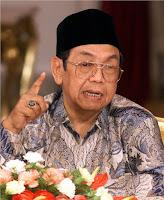 "Gus Dur adalah putra pertama dari enam bersaudara yang dilahirkan di Denanyar Jombang Jawa Timur pada tanggal 4 Agustus 1940. Secara genetik Gus Dur adalah keturunan ""darah biru"". Ayahnya, K.H. Wahid Hasyim adalah putra K.H. Hasyim Asy'ari, pendiri jam'iyah Nahdlatul Ulama (NU)-organisasi massa Islam terbesar di Indonesia-dan pendiri Pesantren Tebu Ireng Jombang.   Ibundanya, Ny. Hj. Sholehah adalah putri pendiri Pesantren Denanyar Jombang, K.H. Bisri Syamsuri. Kakek dari pihak ibunya ini juga merupakan tokoh NU, yang menjadi Rais 'Aam PBNU setelah K.H.Abdul Wahab Hasbullah. Dengan demikian, Gus Dur merupakan cucu dari dua ulama NU sekaligus, dan dua tokoh bangsa Indonesia.  Pada tahun 1949, ketika clash dengan pemerintahan Belanda telah berakhir, ayahnya diangkat sebagai Menteri Agama pertama, sehingga keluarga Wahid Hasyim pindah ke Jakarta. Dengan demikian suasana baru telah dimasukinya. Tamu-tamu, yang terdiri dari para tokoh-dengan berbagai bidang profesi-yang sebelumnya telah dijumpai di rumah kakeknya, terus berlanjut ketika ayahnya menjadi Menteri agama. Hal ini memberikan pengalaman tersendiri bagi seorang anak bernama Abdurrahman Wahid. Secara tidak langsung, Gus Dur juga mulai berkenalan dengan dunia politik yang didengar dari kolega ayahnya yang sering mangkal di rumahnya.  Sejak masa kanak-kanak, ibunya telah ditandai berbagai isyarat bahwa Gus Dur akan mengalami garis hidup yang berbeda dan memiliki kesadaran penuh akan tanggung jawab terhadap NU. Pada bulan April 1953, Gus Dur pergi bersama ayahnya mengendarai mobil ke daerah Jawa Barat untuk meresmikan madrasah baru. Di suatu tempat di sepanjang pegunungan antara Cimahi dan Bandung, mobilnya mengalami kecelakaan. Gus Dur bisa diselamatkan, akan tetapi ayahnya meninggal."