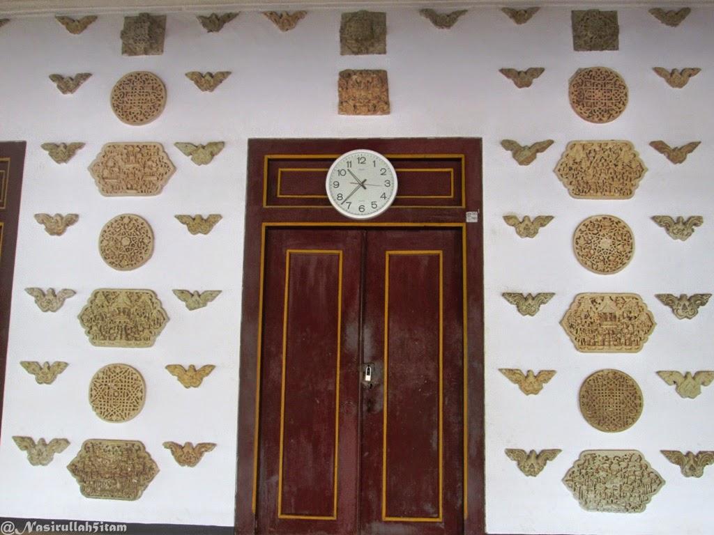 Relief pada dinding luar masjid