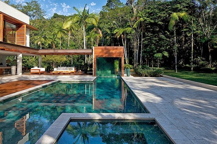 Swimming pool of Contemporary Iporanga House by Patricia Bergantin Arquitetura